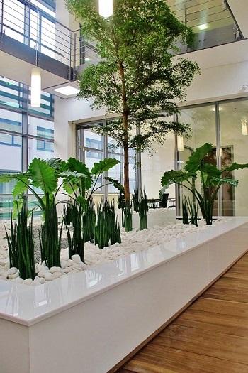 Pflanzbecken mit Sitzumrandung im Atrium Muenchen