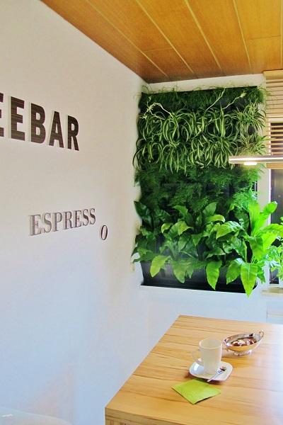 Le mur vert vertical cafe bar